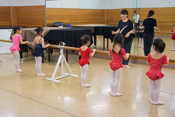 バレエの練習をする生徒たち