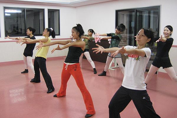 ジャズダンスの練習をする生徒たち