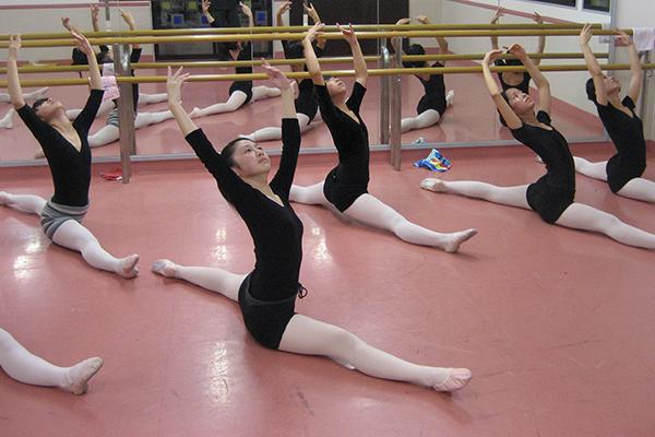 バレエの練習する生徒たち