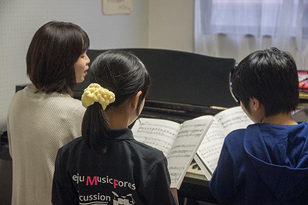 練習する生徒たち